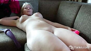 Babe is so horny she knows how to handle double penetration